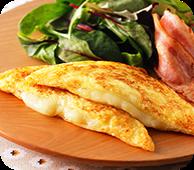 3種のチーズ入りフレンチトーストベーコン添え